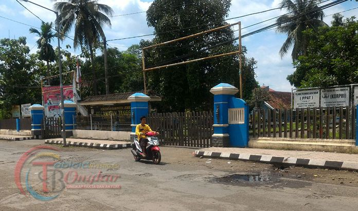 Jalan Raya Depan Kantor Kecamatan Tanggul rusak, Pejabat Di Jember Tutup Mata.