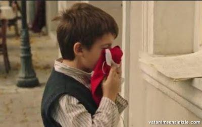 vatanım sensin bayrağı öpen oyuncu