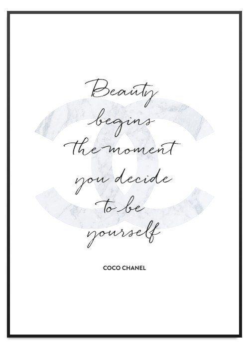 """Elegant print med citat från Coco Chanel """"Beauty begins the moment you decide to be yourself"""". Affischen är tryckt på tjockt obestruket papper."""