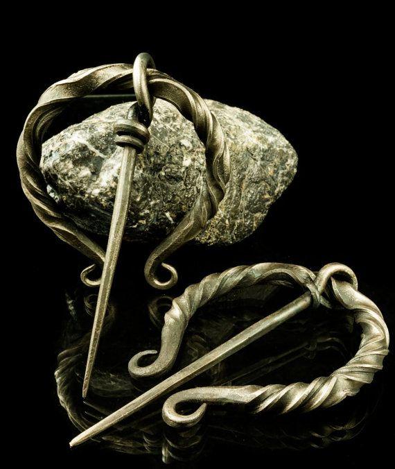 Penannular broche  fer en acier Viking médiéval par WulflundJewelry