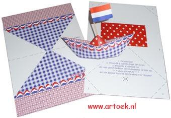 Bouwplaatje in de kleuren rood-wit-blauw om een papieren bootje te vouwen.