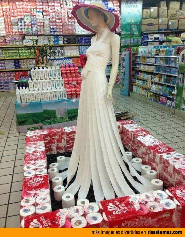 Vestido de papel higiénico. Como??? Gente en Africa sin tener con Que limpiarse...