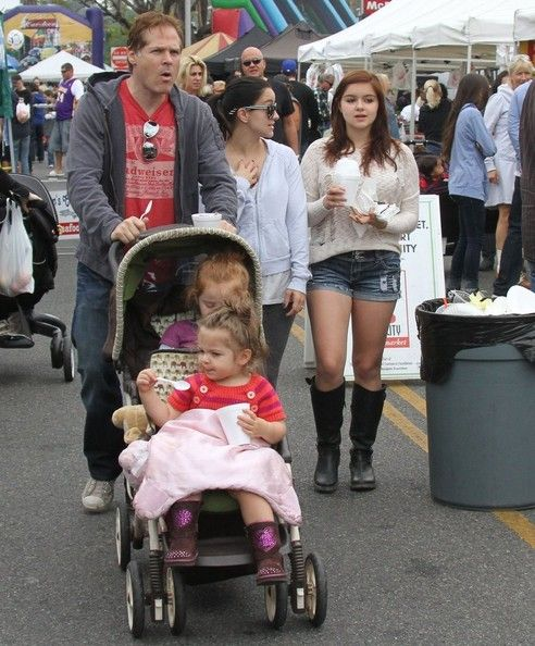 Ariel Winter & Family At The Farmers Market Shanelle Workman, David Gray, Skylar, and Parker