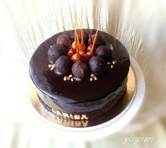 Tort cu mousse de ciocolata si alune pralinate | Pleziruri
