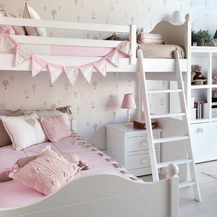 Небольшая детская комната для двух девочек