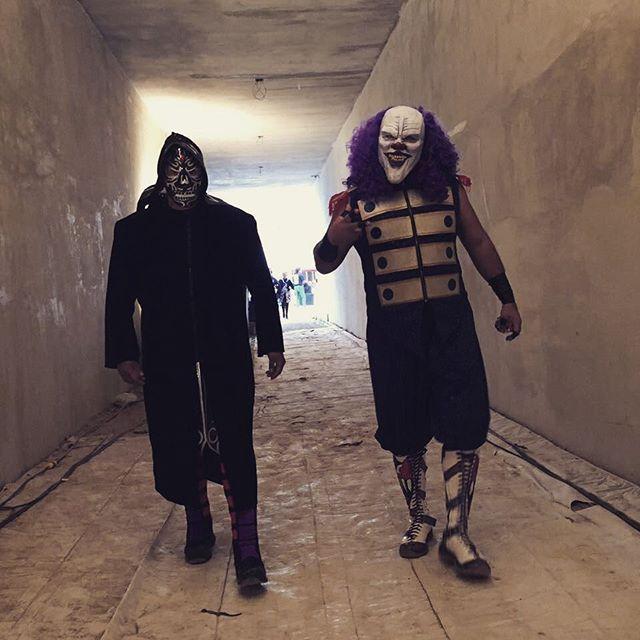 "luchalibreaaa Larga camina ruda de Parka Negra y Dave The Clown  #AAAenApizaco Monumental Plaza de Toros R.R. ""El Pana"" Apizaco, Tlaxcala. 2017/03/06 09:33:30"