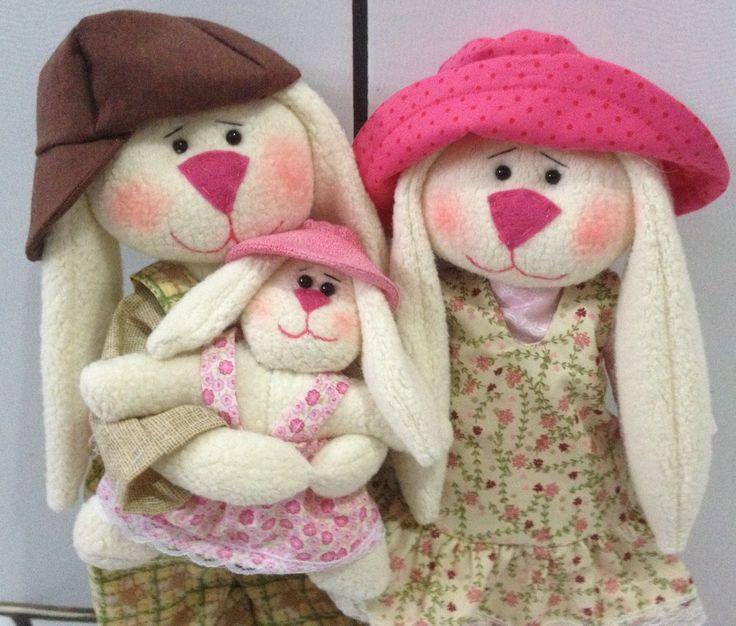Casal de coelhos com filhote (enfeite)