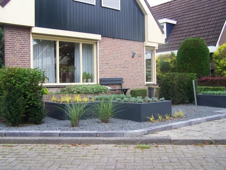 Strakke moderne voortuin met verhoogde borders grind for Strakke tuinen met siergrassen