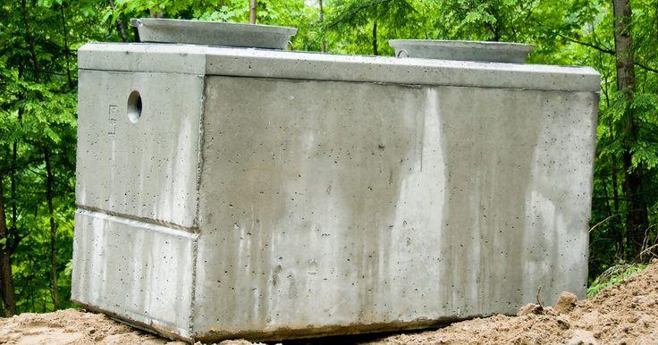 Como consertar uma fossa séptica com vazamento. As fossas sépticas podem vazar em diversos pontos, como nos tubos de entrada e de saída ou na tampa de inspeção. Os líquidos podem fluir para dentro ou para fora do tanque. A água em excesso que estiver fluindo para dentro do tanque séptico pode sobrecarregar o tanque e os campos de drenagem, causando uma falha no sistema. A água de dejetos que ...
