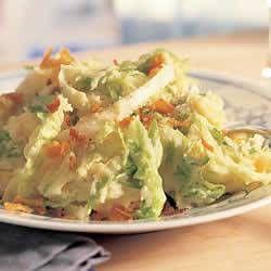 Dit gerecht is in feite een variatie op de bekende rauwe andijviestamppot. t Voordeel van ijsbergsla is echter dat de blaadjes lekker knapperig blijven....
