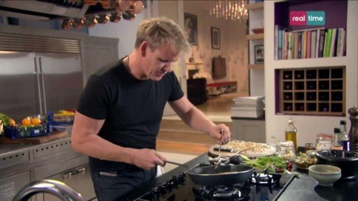 Cucina con Ramsay # 11: Triglie di scoglio con salsa dolce al peperoncino Un piatto leggero e molto buono. La triglia di scoglio è un pesce dolce e robusto, che va aiutato con gli aromi. INGREDIENTI 4 filetti di triglia di scoglio di circa 150 gr. ciascuno, squamati Olio di oliva per friggere 1 lime PER LA CROSTA 150 gr. di arachidi pelate 1 cucchiaino di peperoncini ...