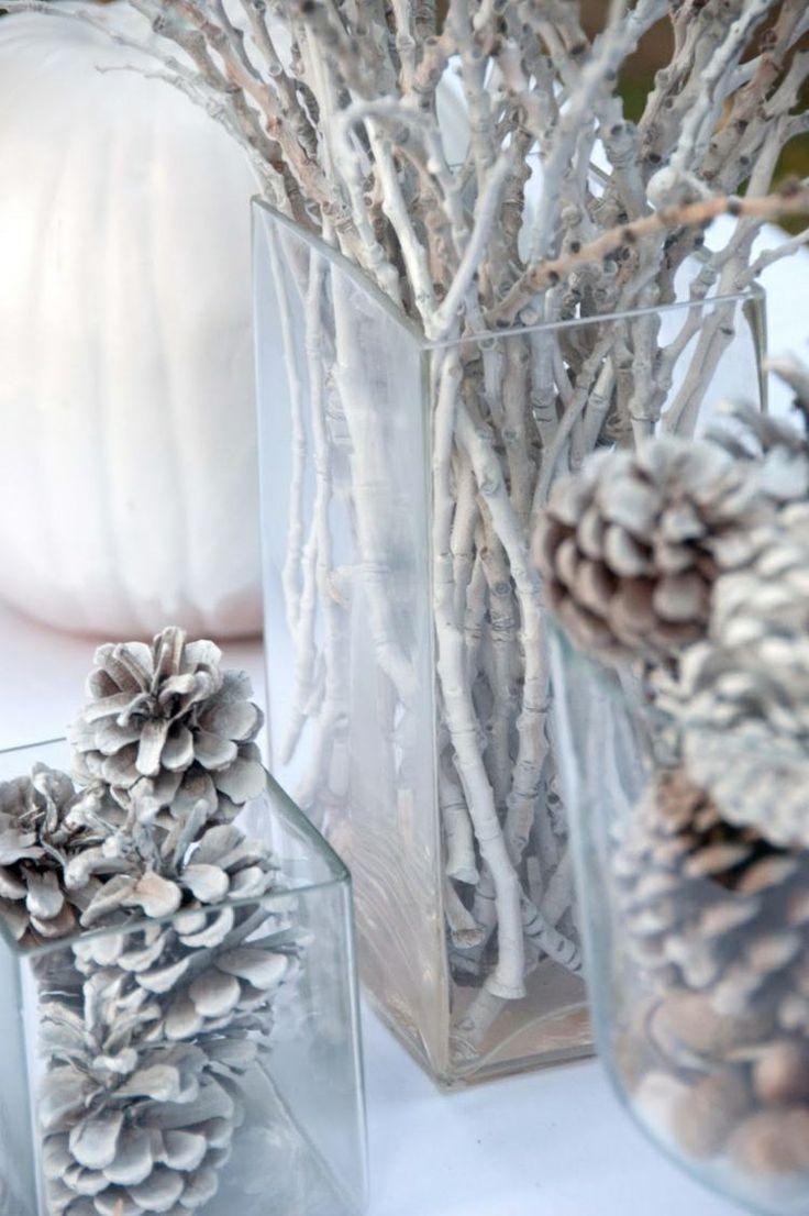 winter deko ideen zweige tannenzapfen schnee weiss vasen glas