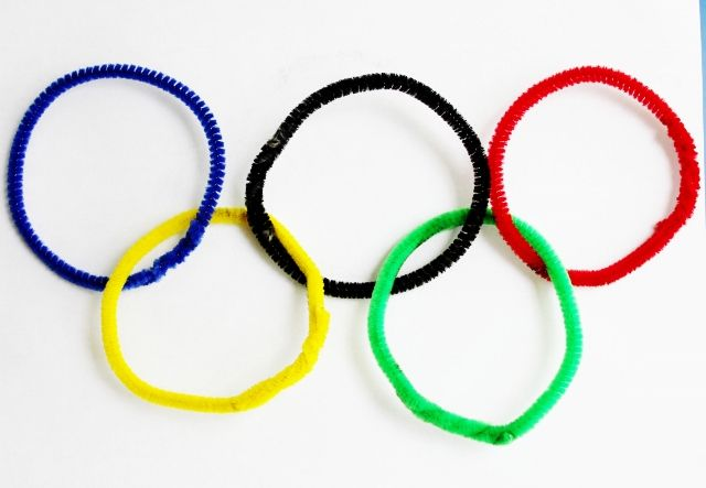 Easy Olympic Craft for Kids - pipe cleaner rings
