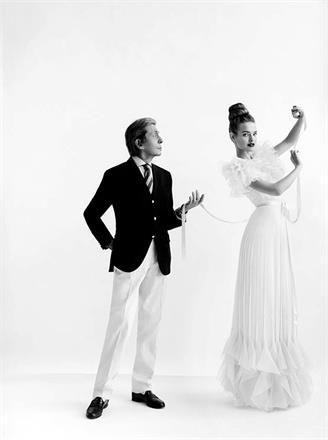 da Londra: Valentino, Master of Couture  Inaugurazione alla Somerset House di Londra dell' attesissima mostra dedicata al grande stilista italiano, raccontato attraverso 130 modelli di alta moda.