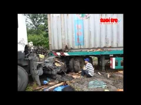 Xe tải tông xe container, tài xế xe tải chết tại chổ
