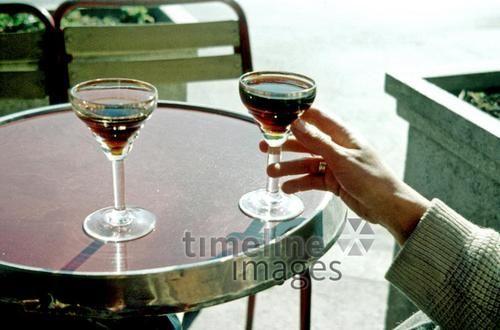 Zwei Gläser Martini, 1985 Dillo/Timeline Images #Martini #80er #Café #Madrid