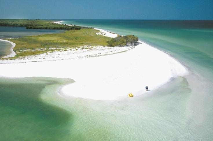 Weiß! Caladesi Island in Florida beeindruckt mit strahlend weißem, feinsten Puderzuckersand, türkisfarbenem, klarem Wasser von bester Qualität und üppiger, ursprünglicher Natur. Der Strand der kleinen Insel wurde 2008 zum schönsten der USA gewählt und ist nur mit dem Boot erreichbar.  Reisetipp bei lastminute.de: das nicht weit entfernte 5-Sterne Sandpearl Resort. © VISIT FLORIDA®