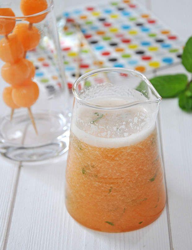 Melon Citron MenthePour 4 personnes :80 Kcal par pers.La chair de 2 melons 75 cl de limonade 1 citron 4 feuilles de menthe 1 c. à s. de sirop d'agaveRaclez soigneusement la chair des melons à la cuillère. Déposez-la dans le bol du mixeur (blender). Versez le jus du citron et le sirop d'agave. Mixez. Ajoutez la limonade et les feuilles de menthe ciselées. Donnez un dernier tour de mixeur avant de servir (laissez d'abord retomber la mousse!). Aux heures les plus chaudes, ajoutez à la…