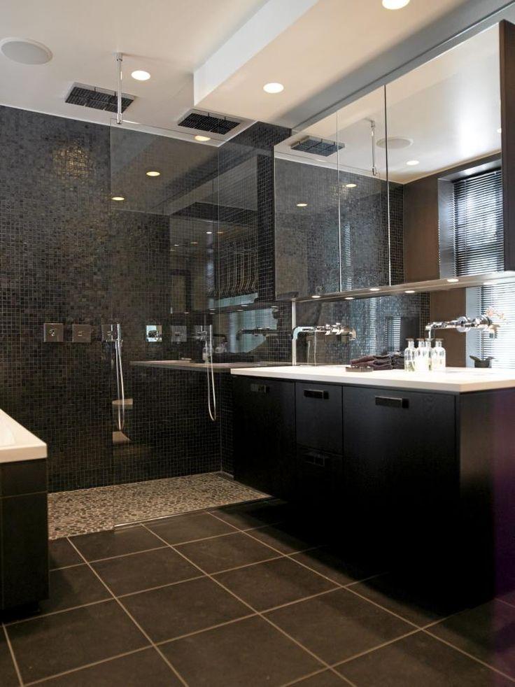 Et svart bad er det motsatte av normen, men det trenger ikke være feil av den grunn. Med god belysning, og bruk av speil og glass blir det riktig så flott. De har også valgt å myke opp inntrykket ved å velge lysere mosaikk i dusjen.