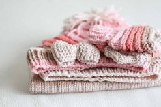 Ručně pletená výbavička pro miminko, čepička, rukavičky, vestička a čelenka / Handmade knitted layette for little girl