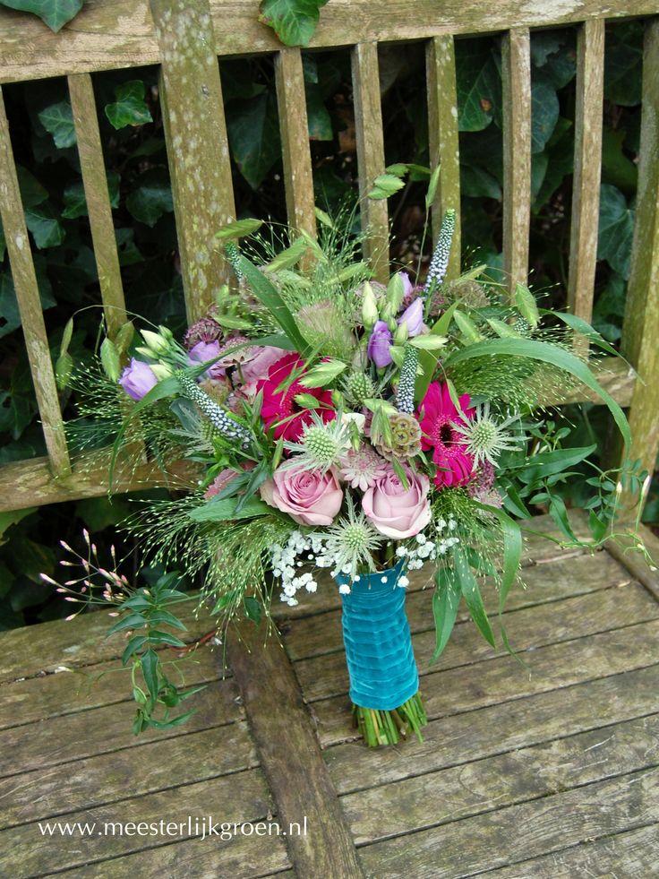 Hand gebonden bruidsboeket in bohemian vintage stijl for Gerbera in de tuin