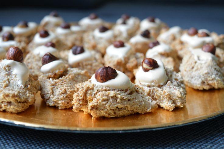 Diese Haselnuss – Zimt Makronen sind ein abslouter Klassiker in unserer Weihnachtsbäckerei. Sie schmecken wahnsinnig gut, sind glutenfrei & schnell gemacht.