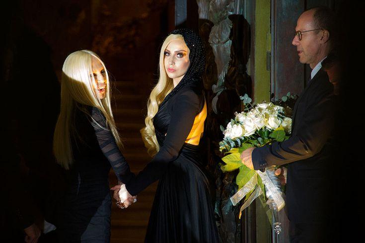 IlPost - Lady Gaga e Donatella Versace - Lady Gaga (27) e la stilista Donatella Versace (19) a Parigi per la settimana dell'alta moda (AP Photo/Zacharie Scheurer)