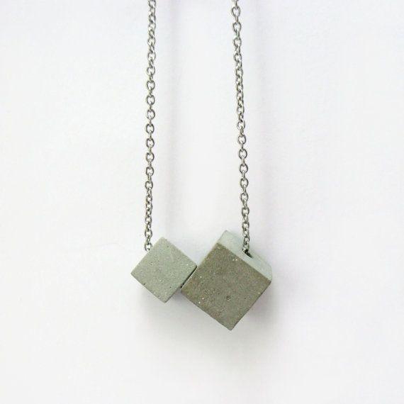 Collana di calcestruzzo. Cemento di due cubi, sospensione fatta a mano.