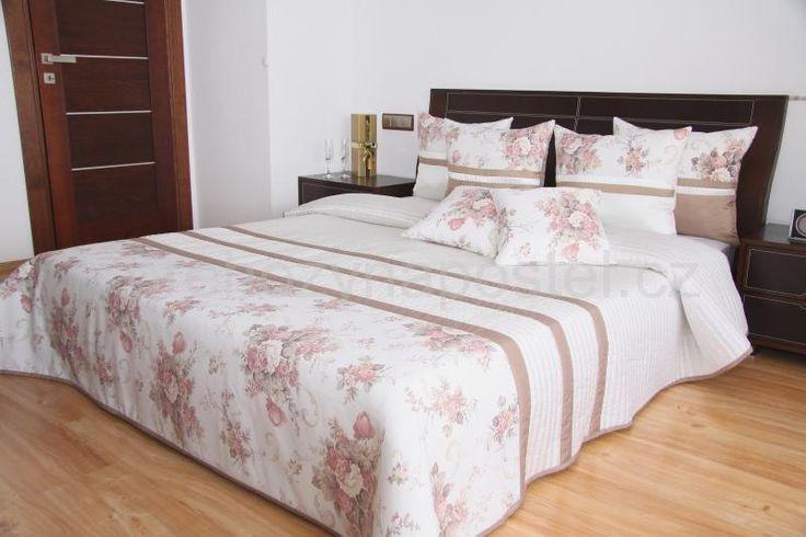 Bílý přehoz na postel se vzorem