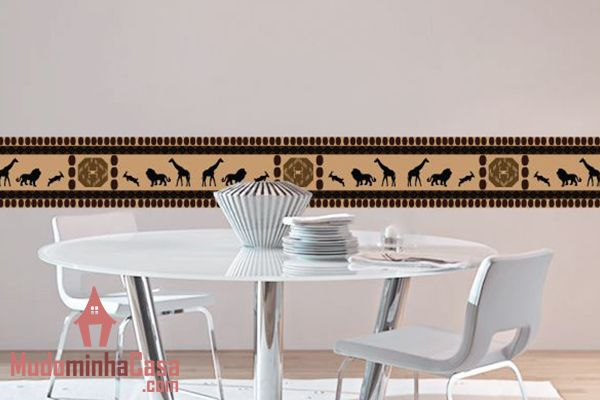 A decoração feita com adesivos de parede permitem muitas possibilidades com diversos temas, como esse modelo com animais africanos. Composto de uma faixa horizontal em cores neutras e detalhes inspirados em cultura primitiva e tribal que produz um exuberante painel, ideal para a sala de jantar.