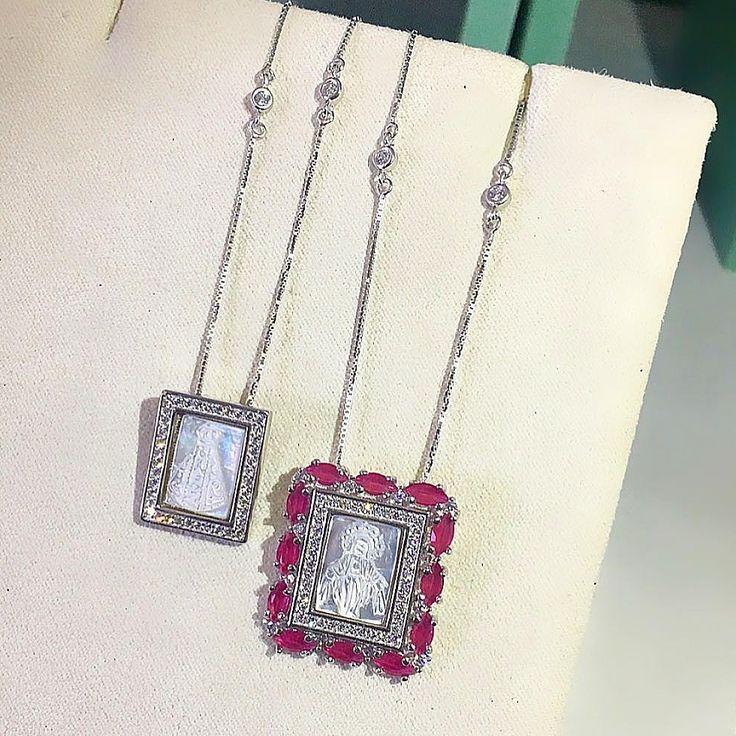 Escapulário feminino de prata cravejado com zircônias rosas.    Compre no atacado com a Queen Joias💎        #joias #atacadodejoias #joiasnoatacado #atacado #revender #revenderjoias #dinheiro #extra #dinheiroextra #alta #joalheria #altajoalheria #prata #925 #prata925 #ródio #jewelry #jewels #presente #para #namorada #dia #namorados #mães #mãe #dica #criativo #criativa