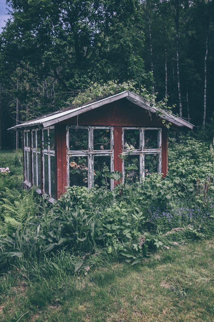 une petite cabane au style scandinave dans le fond du jardin pour ranger les pots et les outils