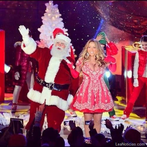 Santa Claus le obsequió a Mariah Carey unas nuevas lolas: Foto de la entrega - http://www.leanoticias.com/2012/12/05/santa-claus-le-obsequio-a-mariah-carey-unas-nuevas-lolas-foto-de-la-entrega/
