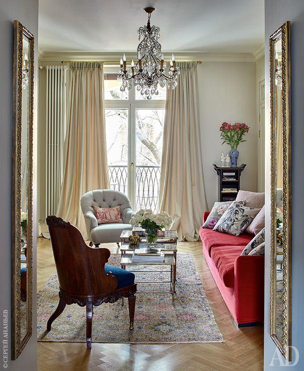 Общий вид гостиной. Балкон. Двери. Юл. Голавская сама проектирует двери. Глубокий портал, ведущий в комнату изприхожей, украшен двумя симметрично повешенными узкими зеркалами. Антикварная люстра — французской работы конца позапрошлого века.