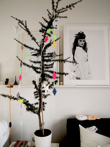 Christmas tree: Charli Brown Christmas, Xmas Trees, Black Christmas, Paper Garlands, Kids Spaces, Modern Christmas, Small Spaces, Indoor Trees, Christmas Trees
