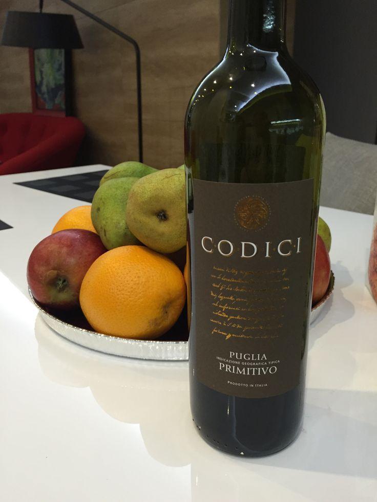 Tierre Codici Primitivo Отличное вино!! Мягкий сбалансированный аромат, фрукты, сыр, грецкий орех.... Потрясающее послевкусие ! Удивительное соотношение цена качество .
