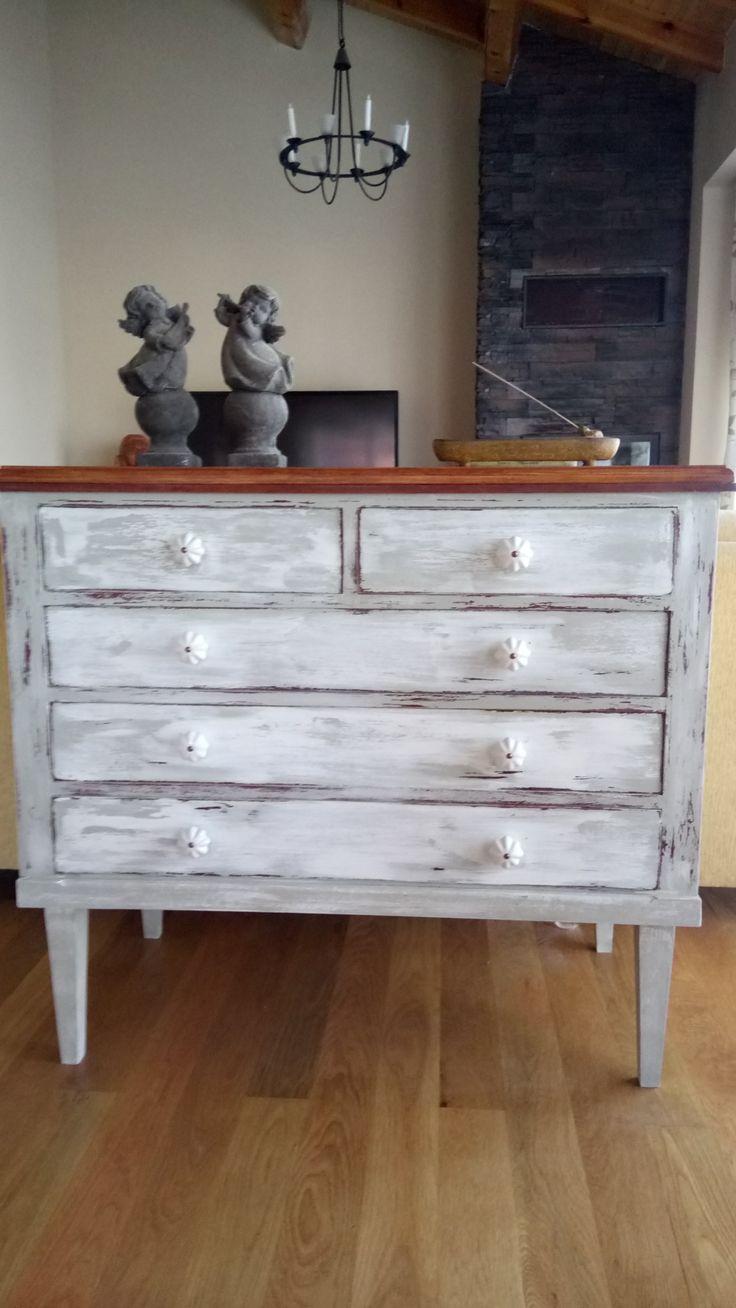 Cómoda pintada en gris y blanco, decapada.