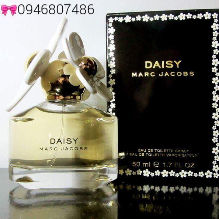 MARC JACOBS Daisy Xuất xứ: Pháp Mùi hương ngọt ngào, ngộ nghĩnh, tươi trẻ và yêu kiều như hoa cúc tinh khôi với tên gọi Daisy Mùi hương đặc trưng:Hương đầu: lá violet, bưởi, dâu tâyHương giữa: hoa dành dành, violet, hoa nhHương cuối: xạ hương, gỗ, vani  Vui lòng liên hệ tư vấn/xem hàng trực tiếp/mua hàng:  #0946807486 Mai  CAM KẾT 100%AUTHENTIC OR MONEY BACK!!! CHECK CODE THOẢI MÁI