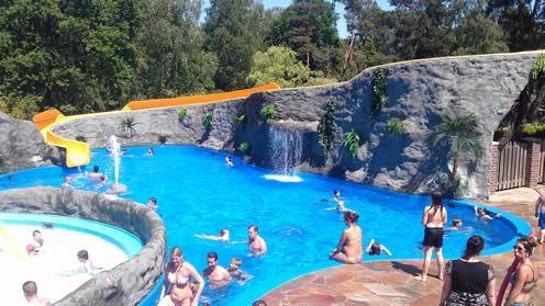Zowel een binnen- als buitenzwembad met meerdere glijbanen!