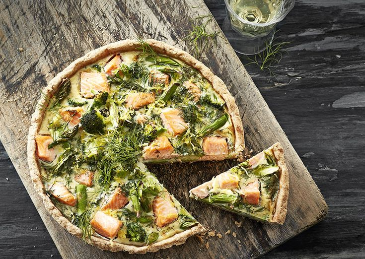 Laksetærte med broccoli og asparges