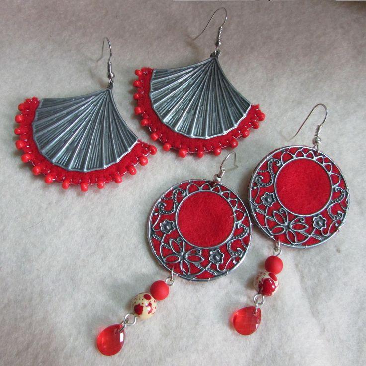 Aros fieltro rojo ,bordados a mano alzada, ribeteados con mostacilla brillante y aplicaciones de placas metálicas por ambos lados, lleva perlas colgantes en mate y otra estampada mas gota translúcida