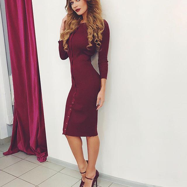 Алена Водонаева, фото из инстаграм, Вишневое платье, которое собрало так