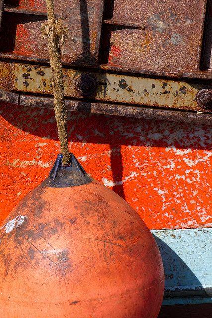 Détail de la coque d'un bateau de pêche amarré dans le port du Guilvinec…