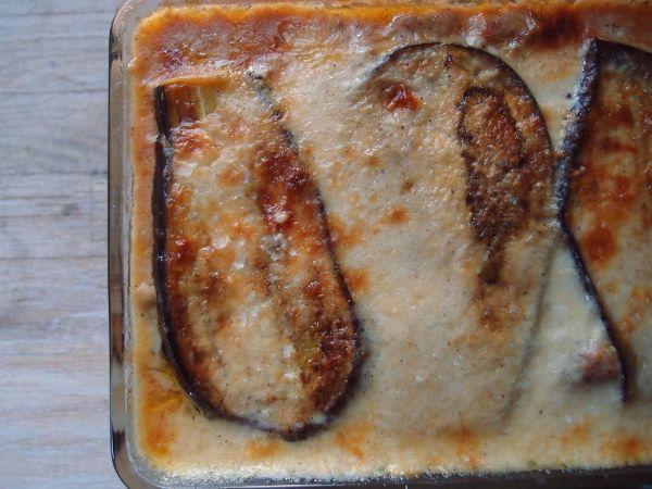 Moussaka er Grækenlands svar på den italienske lasagne! Denne moussaka er en klassisk græsk udgave med lammekød i tomatsauce, ostesauce og auberginer.