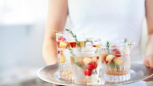 15 tips om beter om te gaan met alcohol  In principe is het aanbevolen om geen alcohol te drinken. De WHO raadt voor vrouwen maximaal 1 alcoholische drank per dag en voor mannen maximaal 2 alcoholische dranken per dag aan. Per week 2 alcoholvrije dagen inlassen wordt ook aanbevolen.