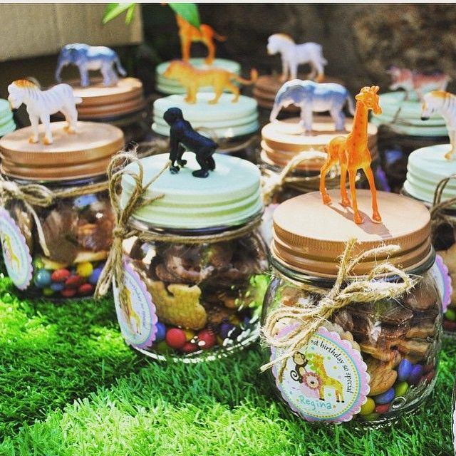 vidrinhos cheio de biscoitinhos e doces para festa selva.