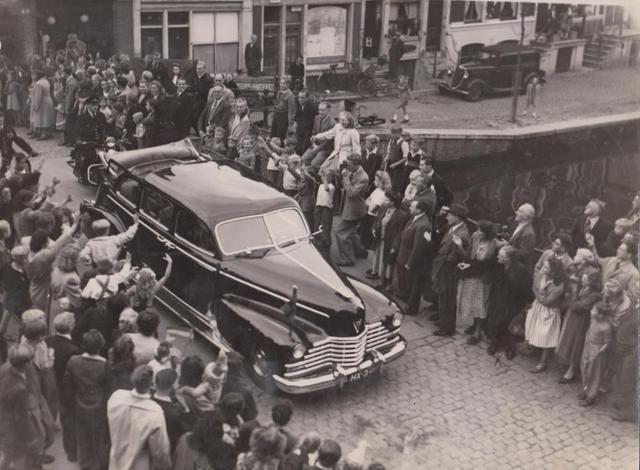 1948. Queen Wilhelmina tours through the center of Amsterdam. Photo AHF Collectie IISG / Photo Ben van Meerendonk. #amsterdam #1948 #QueenWilhelmina