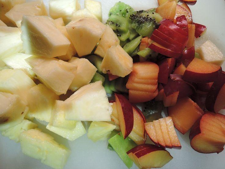 Ananas, Kiwi und Pflaumen geschnitten, um sie dann ins heisse Kokosöl zu geben