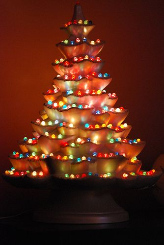 wow that thing is awesome what an interesting way to place the lights on this ceramic christmas tree - Ceramic Christmas Lights
