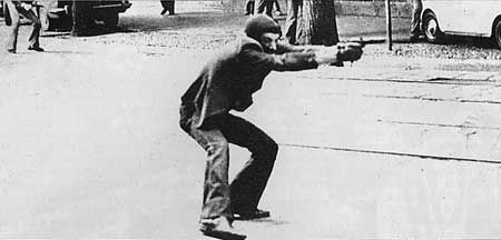 17/5/1977 The most iconic photograph of the italian Years of Lead, Giuseppe Memeo firing at the police